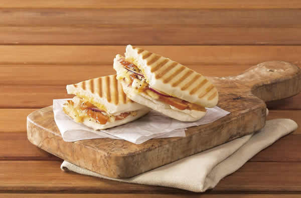 『スモークチキンとダブルチーズのパニーニ』など、冬の新フードメニューを12月13日(水)に発売
